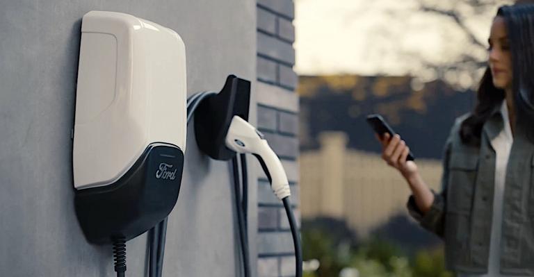 La station de charge Ford Pro de 80 ampères réduit le temps de recharge de la foudre de 40 %