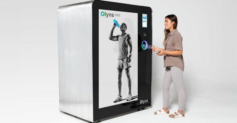Une machine de haute technologie en magasin incite au recyclage