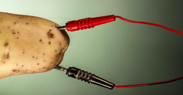 GLaDOS basé sur l'IA alimenté par batterie de pommes de terre de bricolage