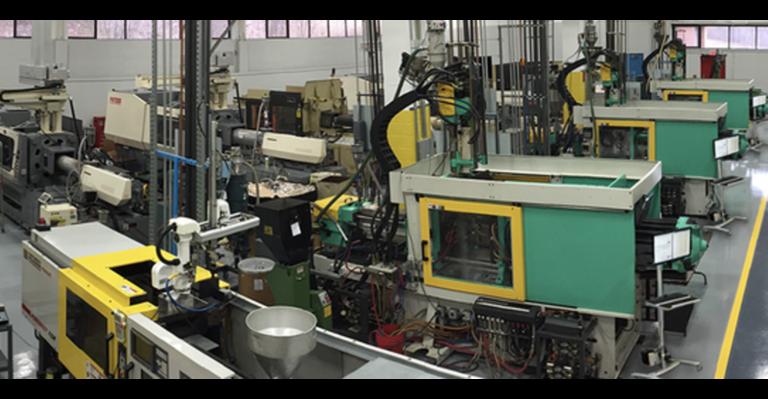 La fabrication de moulages en plastique ajoute cinq presses